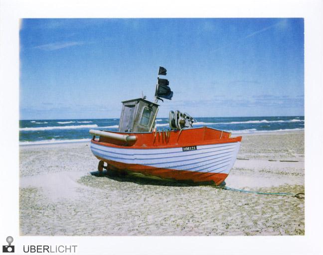 Boot am Strand Polaroid 600 SE Typ 100