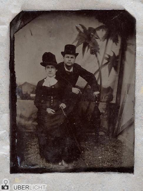 Nahaufnahme der Ferrotypie eines Paares vor gemalten Palmen