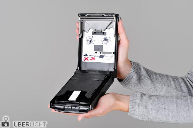 Polaroid Kassette Packfilm einlegen Fujifilm FP-100B Schritt 2