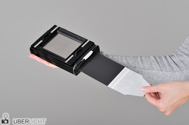 Polaroid Kassette Packfilm entwickeln Fujifilm FP-100B Schritt 2