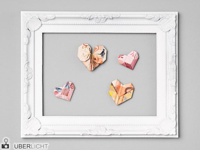 Origami-Herzen aus Euro-Banknoten im Bilderrahmen