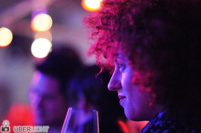 MarieMarie Walimex pro 85/1,4 Bokeh Gesicht im Profil an der Bar Unschärfe