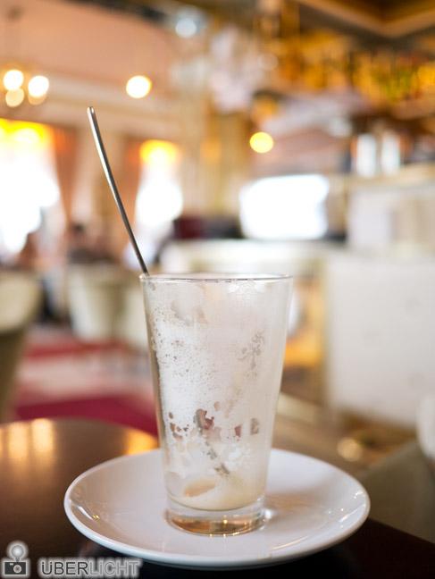 Panasonic Lumix GX1 mit 20mm 1,7 Pancake leeres Glas im Cafe