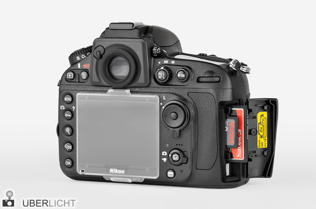 Nikon D800E Rueckseite mit Speicherkartenfach und Display