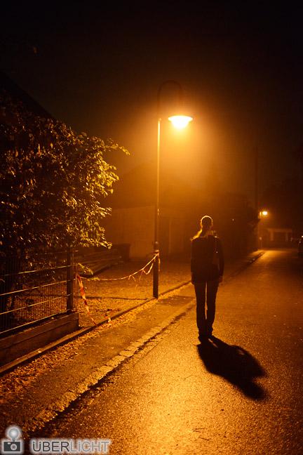 Nikon D800E Frau unter Laterne auf nächtlicher Straße