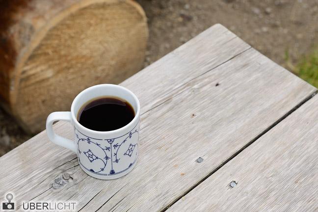 Nikon D800E Jägermuster Tasse auf rustikalem Holztisch