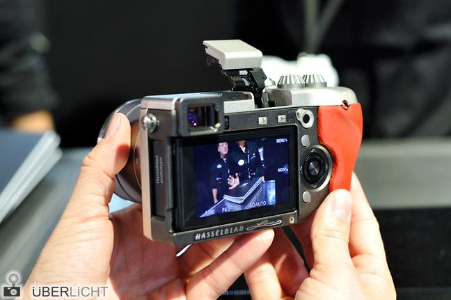 Hasselblad Lunar Systemkamera in der Hand auf der Photokina