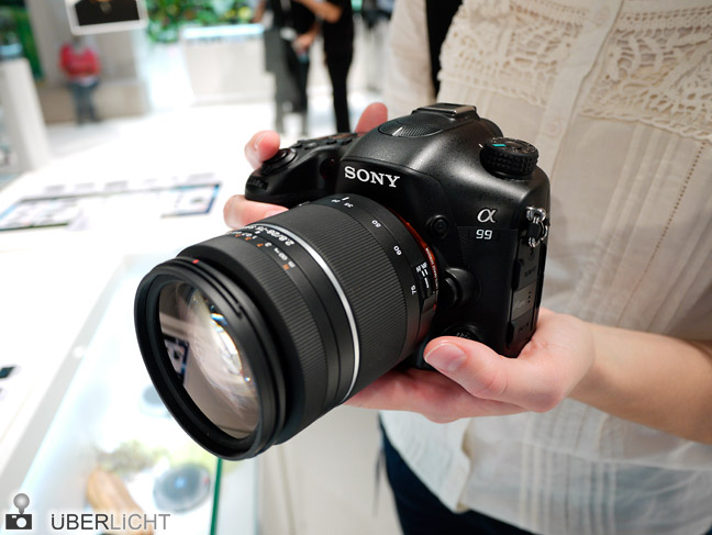 Sony Alpha A99 mit 28-75 in der Hand