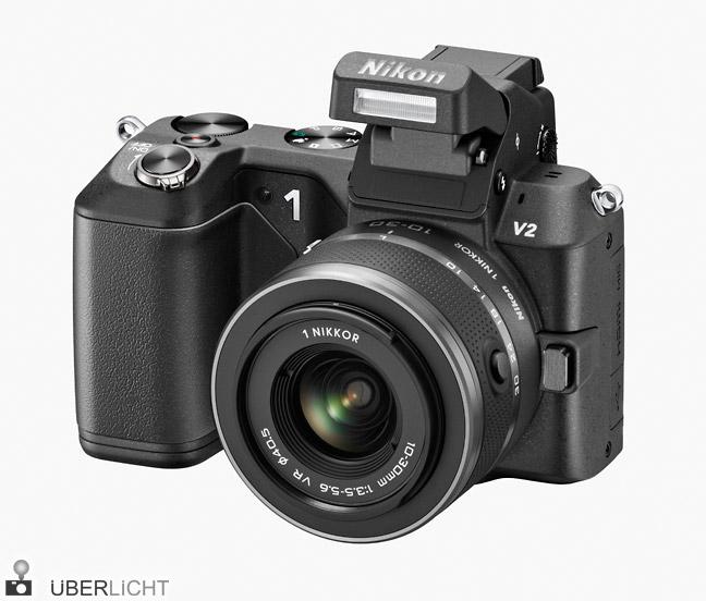 Nikon 1 V2 mit 1 Nikkor VR 10-30 mm und ausgeklapptem Blitz
