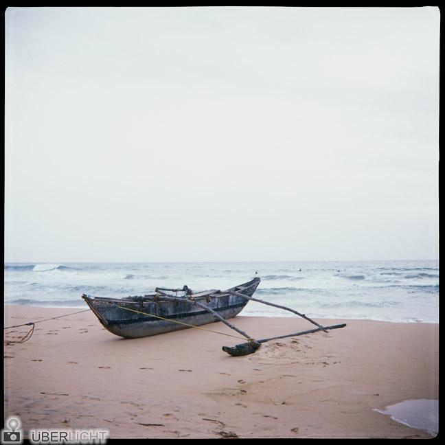 Boot am Strand - Rollfilm ohne Beeinträchtigung durch Strahlung beim Fliegen