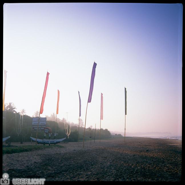 Bunte Fahnen am Strand analog fotografiert mit Agfa Click