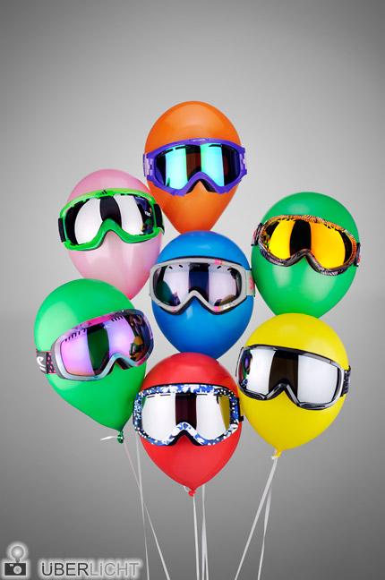 Nikon 24-70 mm Nikkor 2,8 AF-S Produktfoto von Snowboardbrillen auf bunten Ballons