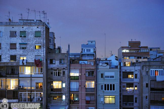 Nikon AF-S Nikkor 24-70 2,8G Zoom Abendliche Wohnhäuser im Hinterhof Barcelona