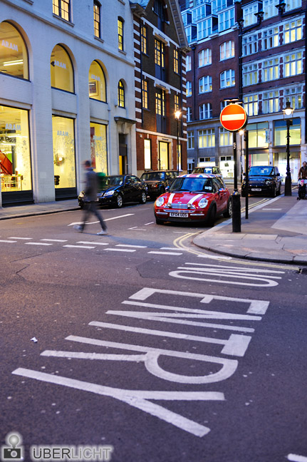 London Mini auf der Strasse Walimex 35 mm getestet Blende 1,5 Belichtungszeit Daemmerung