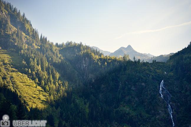 Abendsonne und Wasserfall in den Alpen am Steirischen Bodensee