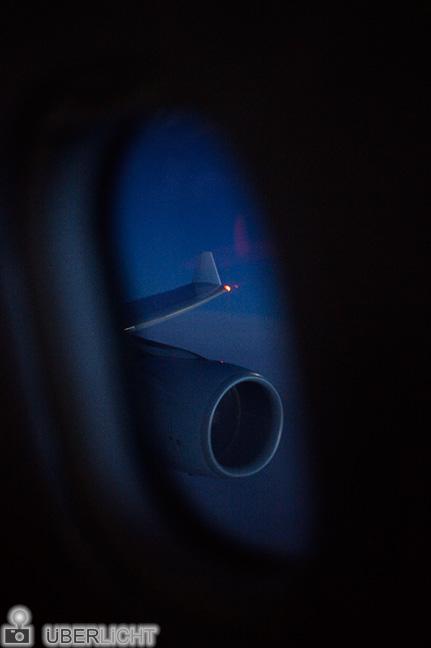 Blick auis dem Flugzeugfenster bei Nacht