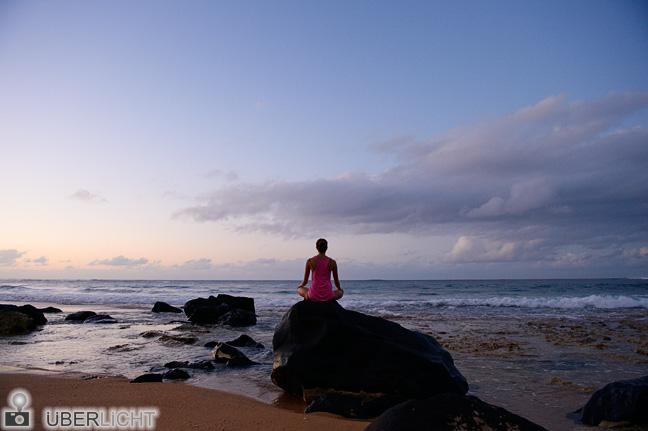 Yoga am Strand. Kauai, Hawaii (2013) - Nikon Df & AF-S Nikkor 24-70 mm 1:2,8G (24 mm, 1/50 sec, f/4, ISO 1600) – © Überlicht (AR)