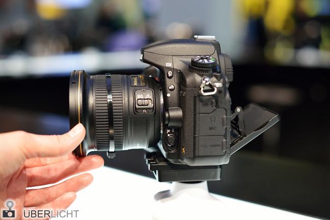 Seitenansicht der Nikon D750 mit geschwenktem Display - © Überlicht (AR)